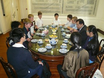 Tea with exchange students from Australia and South Africa - Photo - 2